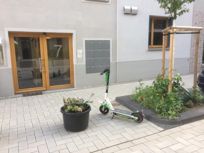 eScooter vor unserem Haus