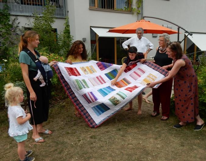 Der neue Quilt und seine neue Besitzerin (dritte von links)