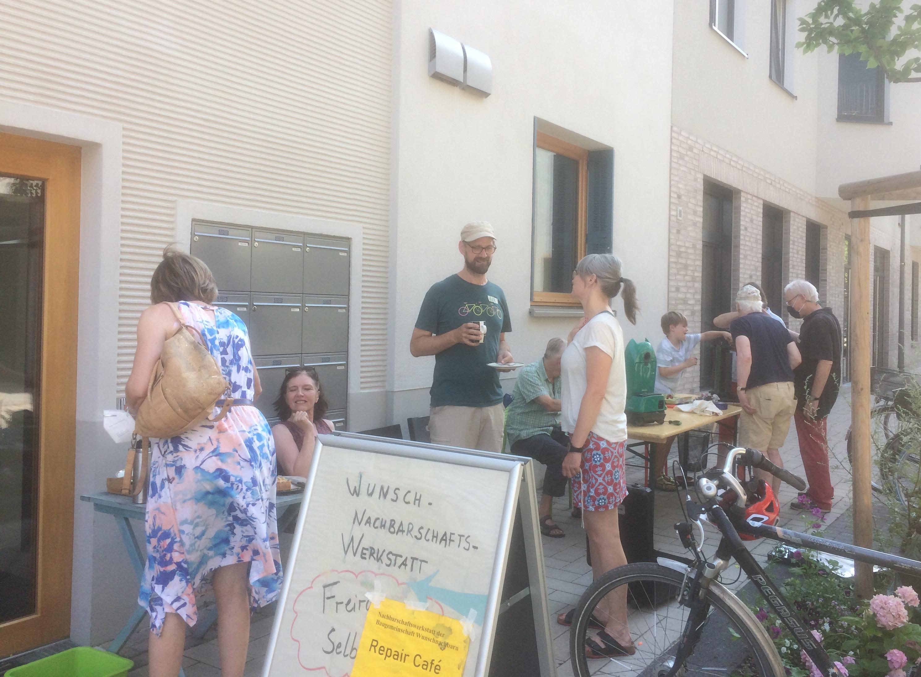 Repair Café Szene - die unmaskierten sind aus einem Haushalt